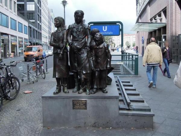 프리드리히슈트라세 역 앞 동상